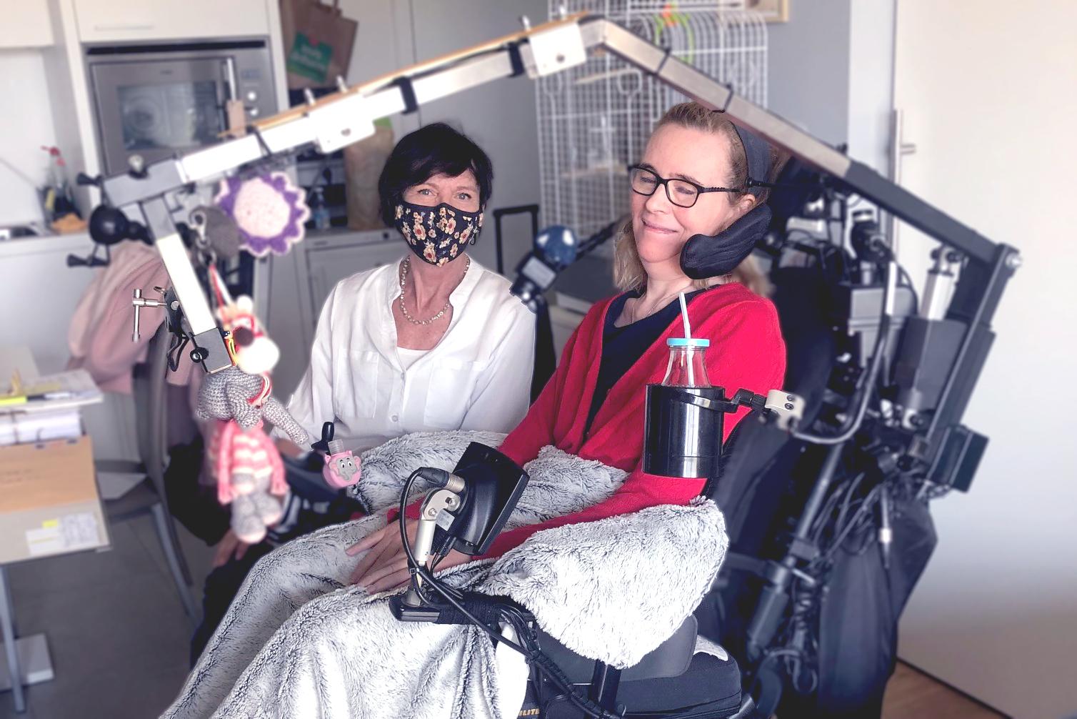2 vrouwen waarvan 1 in rolwagen met hulpmiddel ©xTimeS