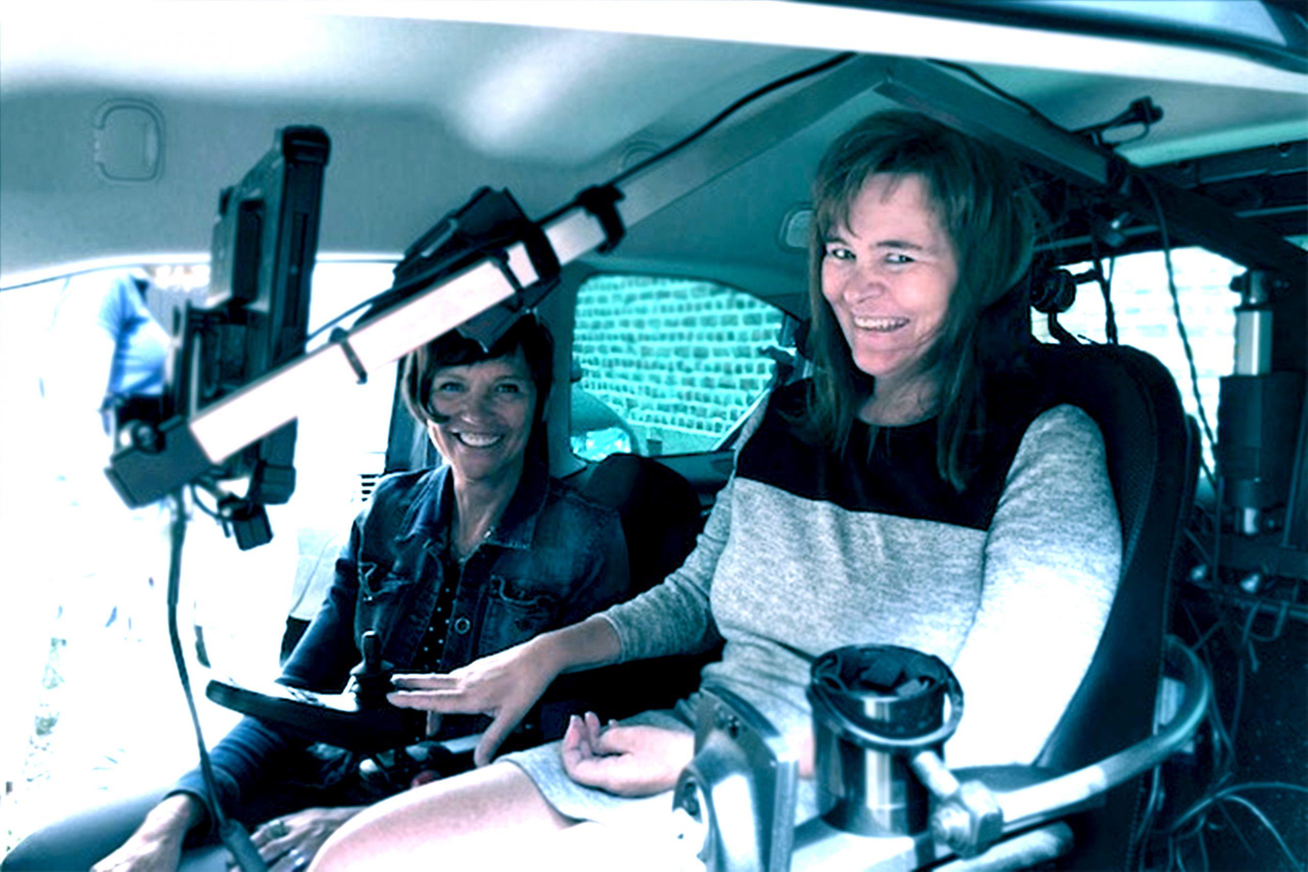 2 vrouwen in wagen met hulpmiddel ©xTimeS