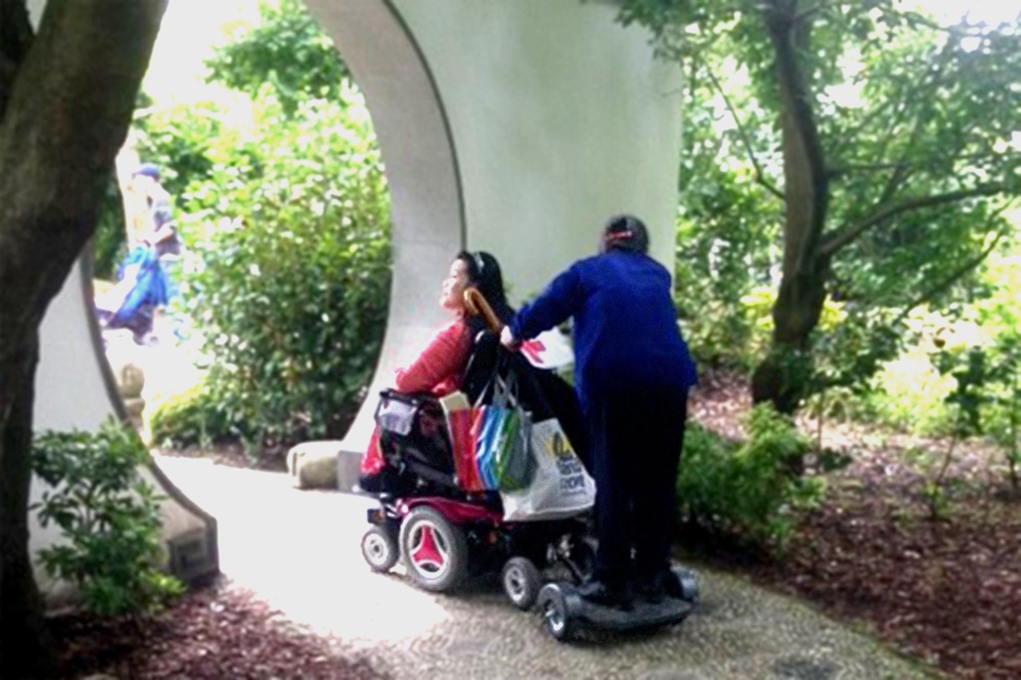Persoon maakt wandeling met persoon in rolwagen ©xTimeS